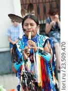 Уличный музыкант-индеец играет на дудочке (2016 год). Редакционное фото, фотограф Евгений Талашов / Фотобанк Лори