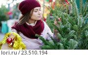 Купить «Smiling woman staying at market», видеоролик № 23510194, снято 2 декабря 2015 г. (c) Яков Филимонов / Фотобанк Лори