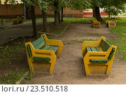 Старые скамейки в московском дворе (2016 год). Стоковое фото, фотограф Ольга Летто / Фотобанк Лори