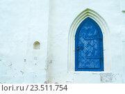 Купить «Архитектурный фон с темно-синей кованой старинной дверью и белой каменной стеной», фото № 23511754, снято 19 августа 2016 г. (c) Зезелина Марина / Фотобанк Лори