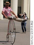 """Исторический велопарад на ВДНХ. Трюк на велосипеде-""""пауке"""" (2016 год). Редакционное фото, фотограф Устинова Мария / Фотобанк Лори"""
