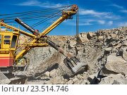 Купить «excavator works with granite or ore at opencast mining», фото № 23514746, снято 8 сентября 2016 г. (c) Дмитрий Калиновский / Фотобанк Лори