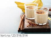 Купить «Банановый смузи с арахисовым маслом, корицей и мюсли для здорового завтрака», фото № 23516514, снято 9 августа 2016 г. (c) Елена Веселова / Фотобанк Лори