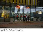 Купить «Вход на станцию «Деловой центр» Московского центрального кольца (МЦК)», эксклюзивное фото № 23518710, снято 10 сентября 2016 г. (c) lana1501 / Фотобанк Лори