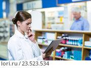 Pharmacist using digital tablet. Стоковое фото, агентство Wavebreak Media / Фотобанк Лори