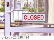Купить «Вывеска с красными буквами на входной двери», фото № 23530494, снято 2 апреля 2014 г. (c) Сергеев Валерий / Фотобанк Лори
