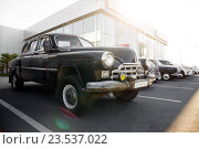 Советский ретро автомобиль ЗИМ в кузове седан черного цвета. Редакционное фото, фотограф Надежда Тинякова / Фотобанк Лори