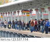 Купить «Люди на пассажирской платформе станции «Владыкино» Московского центрального кольца (МЦК)», эксклюзивное фото № 23537114, снято 16 сентября 2016 г. (c) lana1501 / Фотобанк Лори