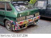 Купить «Старый автомобиль с бампером, обклеенным разными наклейками», эксклюзивное фото № 23537234, снято 3 июля 2016 г. (c) Илюхина Наталья / Фотобанк Лори