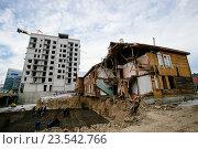 Строительство нового дома на фоне ветхого жилья (2015 год). Редакционное фото, фотограф Татьяна Руденко / Фотобанк Лори