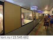 Купить «Электропоезд Эп-563 с туристами на станции «Входные ворота» железной дороги в Новоафонской пещере, Абхазия», эксклюзивное фото № 23545602, снято 23 июля 2016 г. (c) Алексей Гусев / Фотобанк Лори