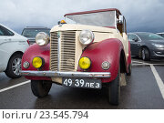 """Купить «Один из первых автомобилей Austin 8 tourer 1939 модельного года среди современных автомобилей. Фестиваль ретроавтомобилей """"Фортуна-2016"""" в Кронштадте», фото № 23545794, снято 4 сентября 2016 г. (c) Виктор Карасев / Фотобанк Лори"""