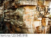 Надписи на скале. Вандализм (2016 год). Редакционное фото, фотограф Виталий Харин / Фотобанк Лори