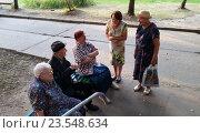 Купить «Пенсионеры у подъезда», фото № 23548634, снято 11 августа 2015 г. (c) Free Wind / Фотобанк Лори