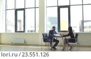 Купить «Успешный бизнесмен обсуждает графики с бизнесвумен», видеоролик № 23551126, снято 6 сентября 2016 г. (c) Виктор Аллин / Фотобанк Лори