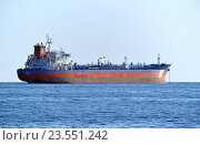 Купить «Среднетоннажный нефтяной танкер Inyala (порт приписки - Сингапур) на рейде», эксклюзивное фото № 23551242, снято 7 сентября 2016 г. (c) Александр Замараев / Фотобанк Лори