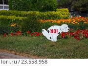 Купить «Знак который запрещает собакам гадить на газон», эксклюзивное фото № 23558958, снято 5 июля 2016 г. (c) Иван Карпов / Фотобанк Лори