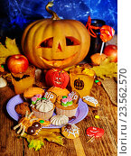 Купить «Halloween table with trick or treat Jack OLanten pumpkin.», фото № 23562570, снято 29 сентября 2012 г. (c) Gennadiy Poznyakov / Фотобанк Лори