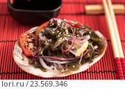 Японский салат из морской капусты и палочками на красной салфетке. Стоковое фото, фотограф Андрей Маслаков / Фотобанк Лори