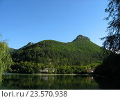 Озеро на фоне зеленых гор в Крыму. Стоковое фото, фотограф Наталья Корзина / Фотобанк Лори