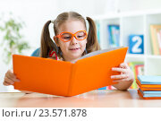 Купить «Little girl reading a book», фото № 23571878, снято 28 января 2015 г. (c) Оксана Кузьмина / Фотобанк Лори