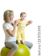 Купить «kid and mother with fitness ball», фото № 23573010, снято 24 декабря 2014 г. (c) Оксана Кузьмина / Фотобанк Лори