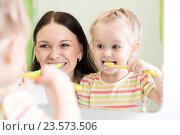 Купить «mother teaching kid teeth brushing», фото № 23573506, снято 2 апреля 2015 г. (c) Оксана Кузьмина / Фотобанк Лори