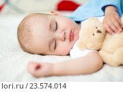 Купить «infant baby sleeping with plush toy», фото № 23574014, снято 23 августа 2015 г. (c) Оксана Кузьмина / Фотобанк Лори
