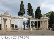 Купить «Колоннада в городе Сухум, Абхазия», эксклюзивное фото № 23574346, снято 19 июля 2016 г. (c) Алексей Гусев / Фотобанк Лори