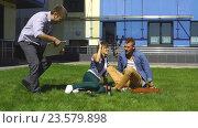 Купить «Трое студентов садятся на газон», видеоролик № 23579898, снято 13 сентября 2016 г. (c) Виктор Аллин / Фотобанк Лори