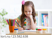 Купить «Cute little preschooler child drawing at home», фото № 23582638, снято 17 апреля 2015 г. (c) Оксана Кузьмина / Фотобанк Лори