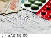 Купить «Покупка лекарств. Упаковки с таблетками и российские деньги лежат на медицинском рецепте», эксклюзивное фото № 23583450, снято 23 сентября 2016 г. (c) Игорь Низов / Фотобанк Лори