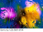 Капли воды на стекле и цветастый фон. Стоковое фото, фотограф Mike The / Фотобанк Лори