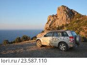 Красивый автомобиль с картой России в горах. Рассвет у моря (2015 год). Редакционное фото, фотограф Татьяна Цеброва / Фотобанк Лори