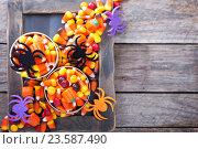 Купить «Конфеты на Хэллоуин в банках», фото № 23587490, снято 22 сентября 2015 г. (c) Елена Веселова / Фотобанк Лори