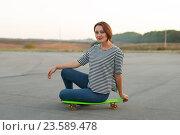 Девушка сидит на скейтборде. Стоковое фото, фотограф Владимир Семенчук / Фотобанк Лори