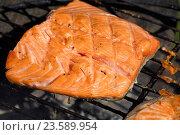 Приговление филе лосося на решётке. Стоковое фото, фотограф Anton Eine / Фотобанк Лори