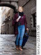 Купить «Girl looking for her route», фото № 23619158, снято 20 апреля 2019 г. (c) Яков Филимонов / Фотобанк Лори