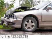 Купить «У машины разбита фара и помят капот после аварии», фото № 23625718, снято 15 сентября 2016 г. (c) Катерина Белякина / Фотобанк Лори