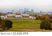 Купить «Вид на Королевский морской госпиталь и бизнес центр Кенари уорф со стороны парка. Гринвич. Лондон», фото № 23626474, снято 30 октября 2011 г. (c) Victoria Demidova / Фотобанк Лори