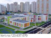 Купить «Новая школа в районе новостроек в Химках», фото № 23637070, снято 15 сентября 2016 г. (c) Александр Замараев / Фотобанк Лори