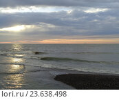 Купить «Морской прилив на закате, солнце сквозь облака», фото № 23638498, снято 22 сентября 2016 г. (c) DiS / Фотобанк Лори
