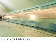 Движущийся поезд на станции метро (2016 год). Стоковое фото, фотограф Алёшина Оксана / Фотобанк Лори