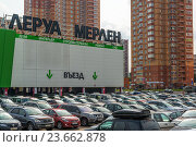 Купить «Khimki, Russia - September 12.2016. Large parking in front of Leroy Merlin - a network of French stores for home and garden», фото № 23662878, снято 12 сентября 2016 г. (c) Володина Ольга / Фотобанк Лори