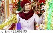 Купить «customer near counter with Christmas gifts», видеоролик № 23662934, снято 2 декабря 2015 г. (c) Яков Филимонов / Фотобанк Лори
