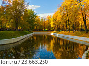 Парк  усадьба Трубецких в Хамовниках  в осенний день (2016 год). Редакционное фото, фотограф Emelinna / Фотобанк Лори