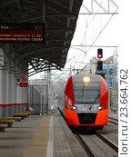Купить «Поезд «Ласточка» подъезжает к пассажирской платформе станции «Измайлово» Московского центрального кольца (МЦК)», эксклюзивное фото № 23664762, снято 21 сентября 2016 г. (c) lana1501 / Фотобанк Лори