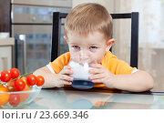 Купить «child drinking yogurt or kefir», фото № 23669346, снято 11 апреля 2012 г. (c) Оксана Кузьмина / Фотобанк Лори