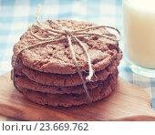 Купить «Печенье и молоко», фото № 23669762, снято 16 января 2016 г. (c) Вероника Галкина / Фотобанк Лори