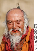 Old man in prayer, chimi lhakang temple, punakha region, Bhutan. Редакционное фото, фотограф Christophe Boisvieux / age Fotostock / Фотобанк Лори